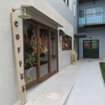 珈琲焙煎所 旅の音 - 建物の1階にお店がありました
