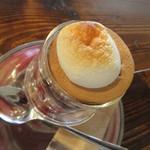 珈琲焙煎所 旅の音 - グラスの上にビスケットと焼きマシュマロ