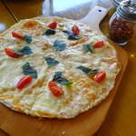 エイチビー - フレッシュバジルとトマトのピザ