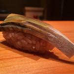 Sushishin - 鯖。赤酢と砂糖と水の割り酢で締めて1日目。塩での脱水はしっかりとされプリッとした食感でしまった身の旨味の後に柔らかな酢の酸と甘みが広がる。白板昆布は柔らかで主張さ穏やか。美味!