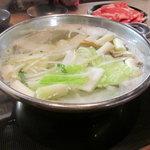 Tajimaya - しゃぶしゃぶ但馬屋京都ヨドバシ店の定量しゃぶしゃぶの食べ放題野菜を投入