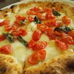 72240389 - 濃厚でクリーミーな水牛のモッツァレラチーズとチェリートマトの甘味がマッチしたAUSTROオススメピッツァ。 マルゲリータAustro