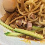 永太 - 麺の下に短冊チャーシュー、メンマ、キュウリ