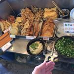 中村うどん - トッピング  天ぷらコーナー   右手にやくみを置いてます。ネギが置いてあるスプーンでは全然すくえません!