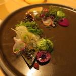 ナイン ストーリーズ - 前菜1:鰯のブリュレ フェンネルのエスプーマとサラダ トマトのジュレ ビーツのピューレ フランボワーズ2