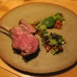 ナイン ストーリーズ - 肉料理:アニョー(羊)のロースト 葡萄の木とローズマリー 羊のジュとコブミカンとレモングラスのソース2
