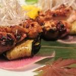 五反田 地鶏個室居酒屋 近藤 - 若鶏の巴旦杏味噌焼き(後ろに茄子がいました)
