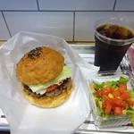 MUNCH'S BURGER STAND - スタンダードバーガー、サラダ、アイスコーヒー