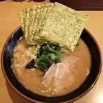 横浜家系らーめん英 - ラーメン700円麺硬め。海苔増し100円。