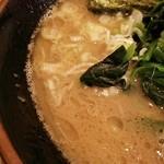 横浜家系らーめん英 - スープは粘度が高いです。