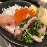 サカナスペース - 漁師風ぶっかけ魚丼980円