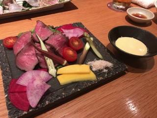 コトブキヤ酒店 厨 - 短角牛ローストビーフと彩り野菜のサラダ