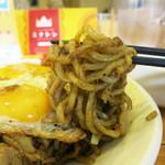 スパイスとお肉の料理店 ミナトン - モチモチの太麺にスパイスがよーく絡んでおります