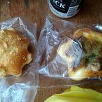 ビーズベーカリー - 左クリームパン 右カレーパン