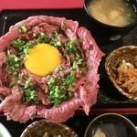 札幌円山 かん野 - 低温熟成牛のローストビーフ丼、880円です。