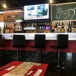 札幌円山 かん野 - カウンター席、テーブル席並ぶ店内です。