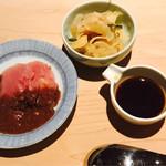 日本橋海鮮丼 つじ半 - 刺身、ガリ、黄身醤油
