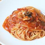 ヴォーノ・イタリア - 秋鮭とオリーブのピリ辛トマトソース