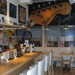 ロックキッチン1984 - 明るくて健康的なロック・バーです!