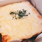 むつか堂 - 四角の洒落乙な箱を開けてみれば食パンにたっぷりのチーズが乗ったゴージャスな一品!