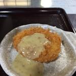 うどん商人つづみ屋 - 大将イチオシの「肉コロッケOMG(おでん味噌がけ)」※おでん味噌はセルフで施します。