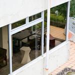 眺めのいいカフェ パ・ノ・ラ・マ - 展望台の突先から見たさっきまで座っていた席