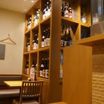 諸国 ひものと - 店内の様子 焼酎や日本酒がたくさん置いてある