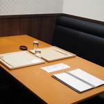 まる富 - テーブル席