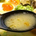 鶏王けいすけ - まずは、スープから飲んでみると、粘性に富んで円やかな舌触りかつ旨味が濃厚ながらも後味キリリ!