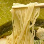 鶏王けいすけ - 麺は細くコシが強く、粘性に富んで旨味&キレの良さ満点な鶏白湯スープとマッチ!