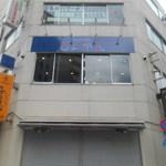 Comic Cafe & Bar しょかん - 昼の外観(お店は2F)