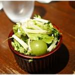 立飲Bistro-SHIN - お通しで出て来た野菜サラダ。新鮮な野菜の風味がテンション上げてくれます。