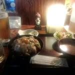 とり鉄 - 烏骨鶏卵と炙りもも肉の親子丼(1059円)と生ビール(666円)
