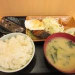 おべんとうのヒライ - 料理写真:食券を店員さんに渡して暫く待つと注文した目玉焼き朝食380円の出来上がりです。