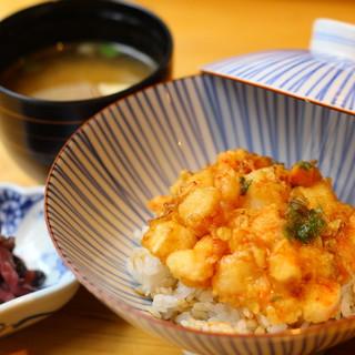 揚げの達人が振舞うこだわりの天ぷら、かき揚げ丼をランチで!