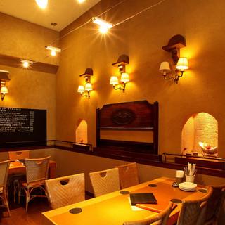昼は陽が差しこむ暖かな空間、夜は雰囲気の良いカフェに大変身!