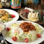 味どころ 佐門 - 料理写真:手前の商品は沖縄定番タコライスです。ご飯の上にスパイシーに味付けしたミンチとサラダ、チーズ、目玉焼きを乗せて有ります。サルサソースをお好みでかけ混ぜて食べて下さい。