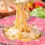 Meat Camp - meat camp自慢のお肉・ローストビーフをお皿いっぱいに並べ、カルボナーラと絡めて召し上がっていただけます。