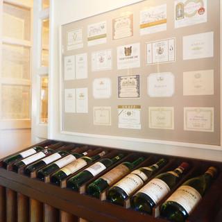 豊富に揃うシェフセレクトのワイン。その数なんと300種類以上