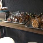 ラ ロッタ ベーカリー - カウンターでいただけますが、お一人様のみ、パンが独占していますから(2017.8.31)