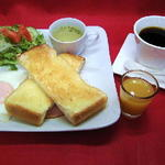 ドッグカフェ ミー - モーニングサービス:トーストプレート(トースト、サラダ、目玉焼き、ウィンナー、スープ、プチオレンジジュース付き)