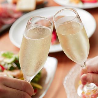 グラスワインは常時10種!幅広い種類のワインを気軽に楽しんで