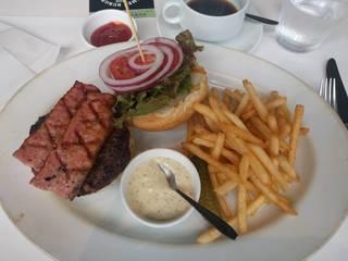 37 Steakhouse & Bar - 200gパテのハンバーガー オプションでベーコン