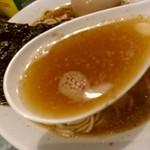 らぁめん家 有坂 - 【2017.8.31(木)】醤油味玉らあめん(大盛・195g)980円のスープ