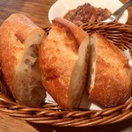 イタリアンバル ぽると - 追加したバケットはなんの料理のソースを       スクイーズしても美味い(゚∀゚)