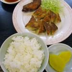旭軒 - 焼餃子1人前・手羽先1本・めし小(計560円)