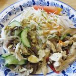 瑛琳  - 副菜の皆さん。 キュウリ・肉・モヤシの和え物、サラダ、中華風炒り豆腐。