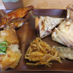 すし屋の魚×3 - 総菜ブッフェコーナーへ。 仕切り付きのお皿に1回盛り放題です。