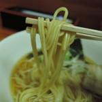 72377215 - 麺は平打ち中細ストレート麺、加水率は中級。