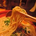 72377554 - 麺は中太麺ストレート麺線、加水率は高め。
